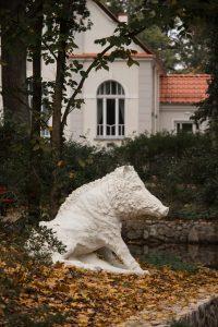 Pomnik dzika kalidońskiego w Parku Książęcym Zatonie