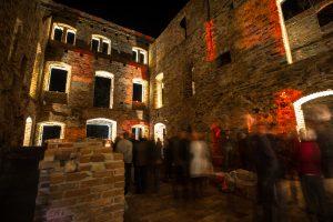 Podświetlone ruiny pałacu w Parku Książęcym Zatonie