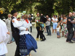 Impreza taneczna w strojach regionalnych w Parku w Starym Kisielinie